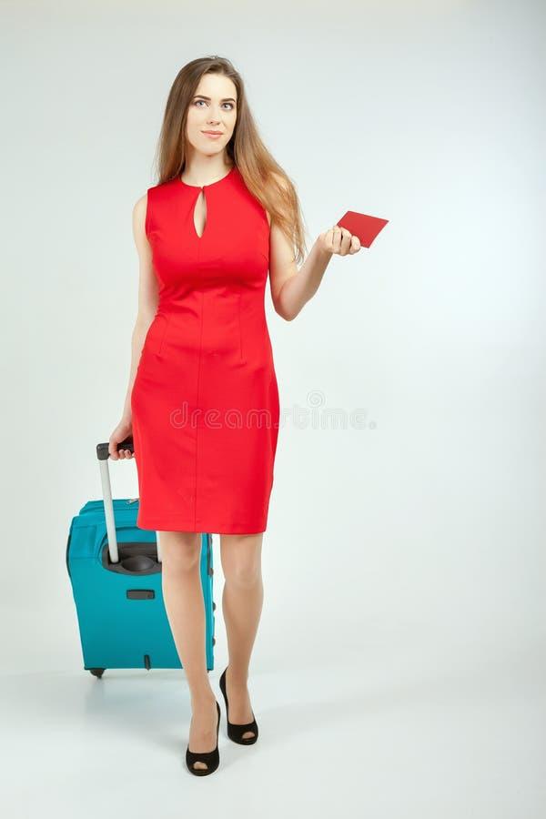 Frau trägt Ihr Gepäck am Flughafenabfertigungsgebäude stockbilder