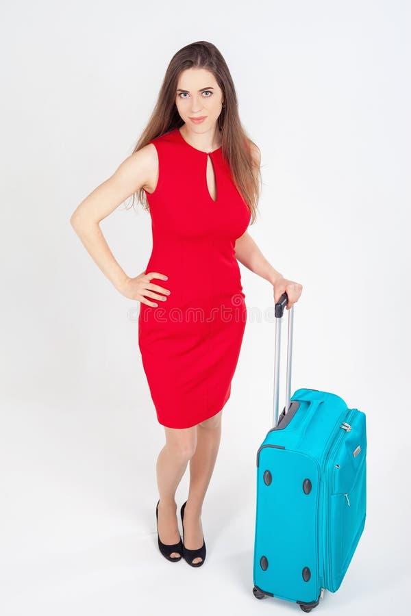 Frau trägt Ihr Gepäck am Flughafenabfertigungsgebäude lizenzfreie stockfotos