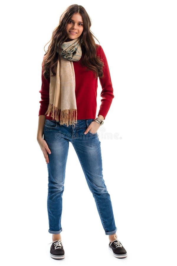 Frau trägt Pullover und Schal stockfoto