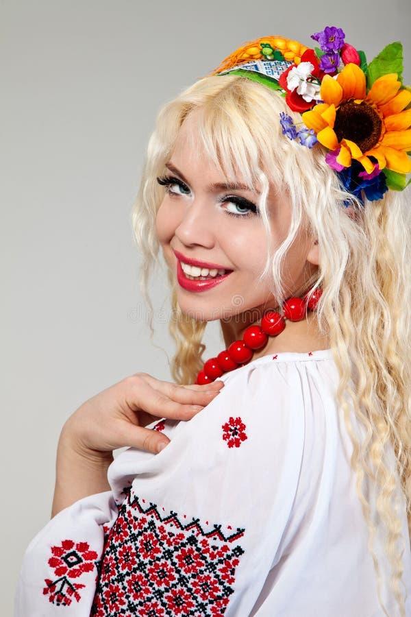 Frau trägt ukrainisches nationales Kleid stockbilder