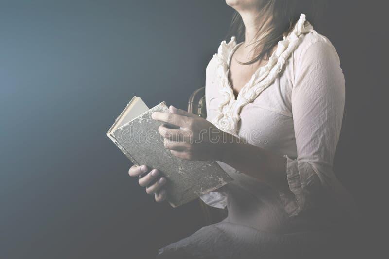 Frau träumend, liest die Seiten eines Buches mit Liebe stockfoto