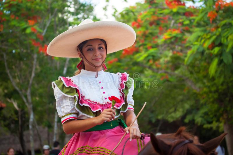Frau an traditionellem mexikanischem Fiesta Charra-Zeigung in Xcaret-Park stockfotografie