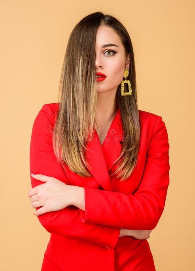 Frau tragen bezaubernde Ohrringe Frisur und Friseur Ombre-Haarf?rbungseffekt Haarpflegeprodukte genie?en lizenzfreie stockbilder
