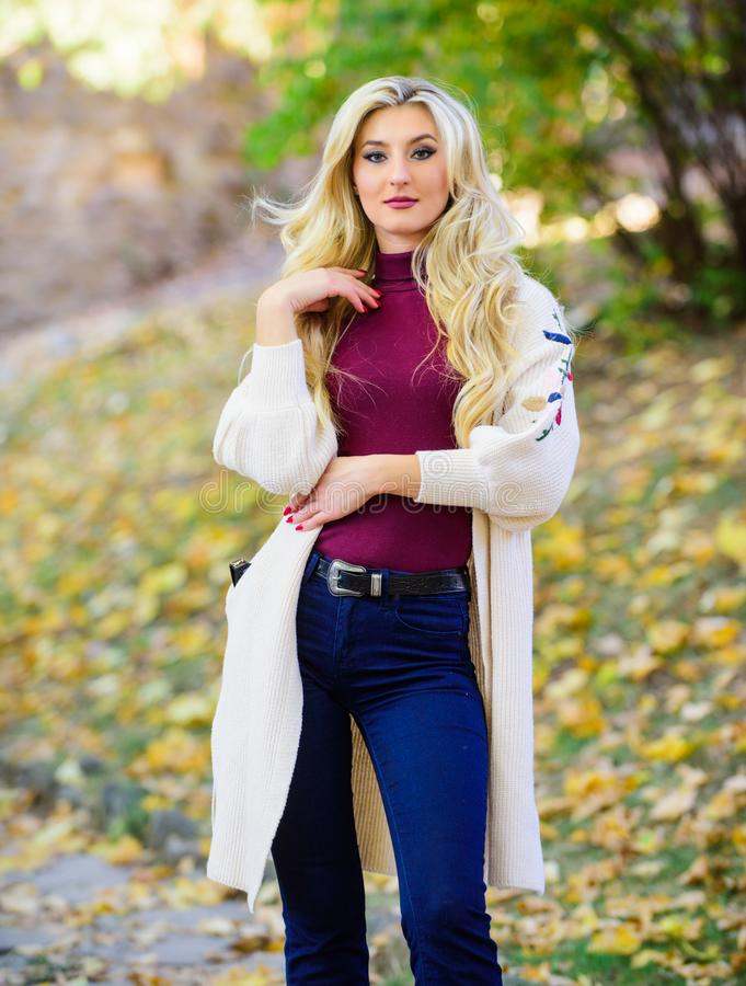 Frau tragen lange gestrickte Wolljacke während Weg im Park Gemütliche Wolljacke der Fallmode Fühlen Sie sich so warm und bequem H lizenzfreie stockfotografie
