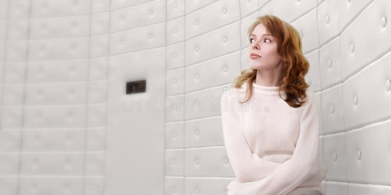 Frau tragende Staightjacke lizenzfreies stockbild