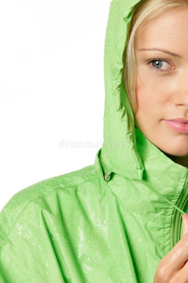 Frau tragender Mackintosh stockbilder