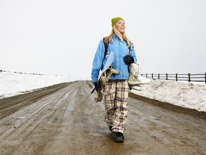 Frau tragender Snowboard. stockbild