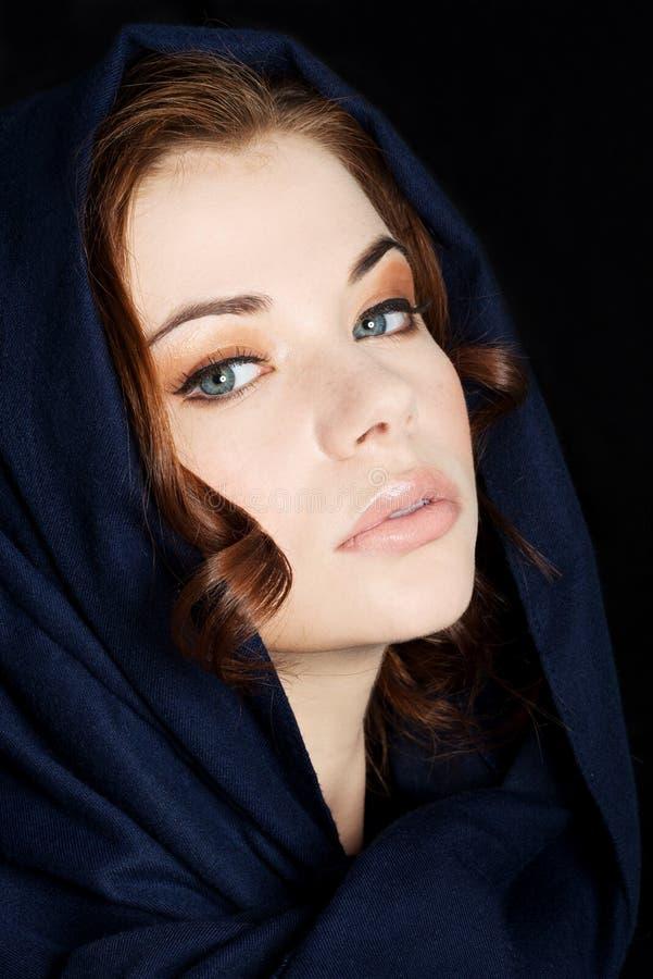 Frau tragendes headkerchief lizenzfreies stockbild