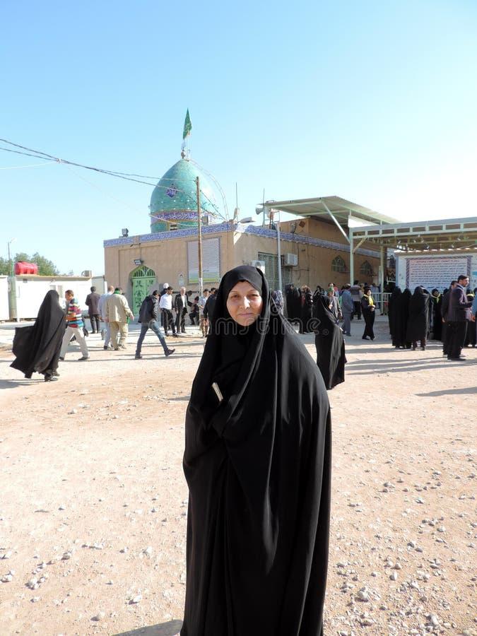 Frau tragendes hijab, das außerhalb des Grabs des Prophets Hud und des Prophets Saleh, Kerbela, der Irak steht lizenzfreie stockbilder