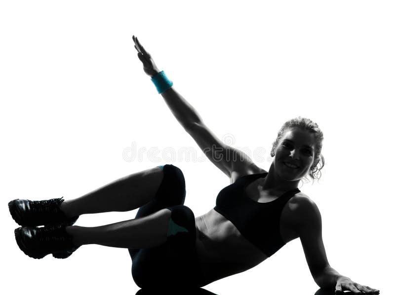 Frau Trainingseignung-Lage, die abdominals drücken, ups lizenzfreie stockfotografie