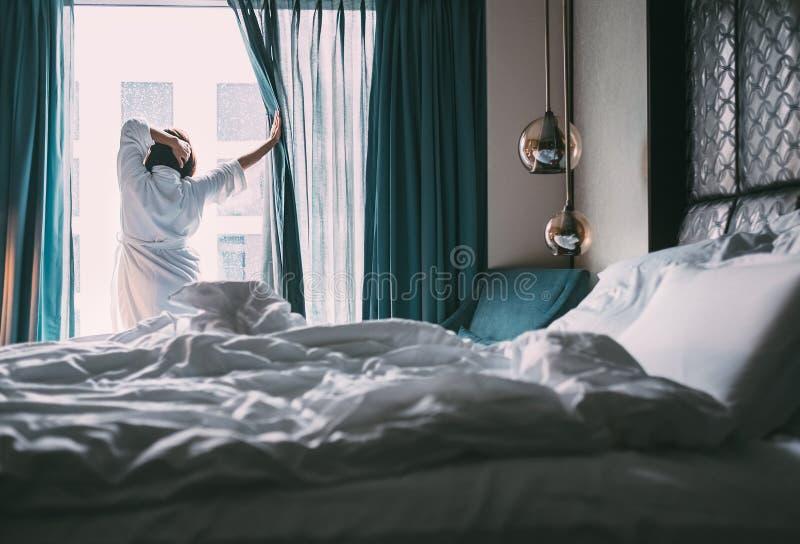 Frau trifft sich regnerischen Morgen in luxus Hotelzimmer lizenzfreies stockfoto