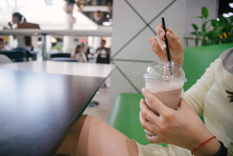 Frau trinkender Smoothie lizenzfreies stockbild