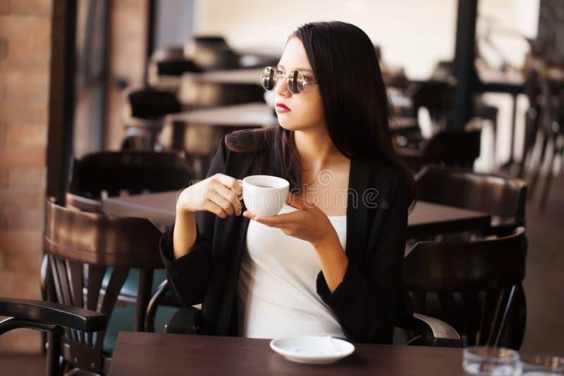 Frau trinkendes frappe lizenzfreie stockbilder