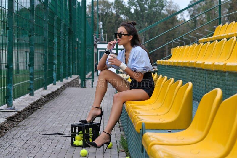 Frau trinkt einen Latte vom Rohr lizenzfreie stockfotografie