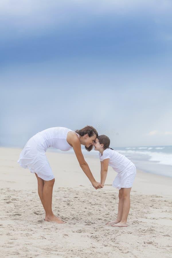Frau u. Kind, Mutter, Tochter-Wekzeugspritzen auf Strand lizenzfreies stockfoto