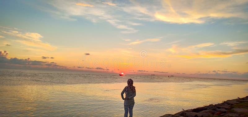 Frau u. Sonnenuntergang lizenzfreie stockfotografie