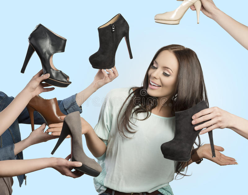 Frau umgeben durch viele Schuhe lizenzfreie stockbilder