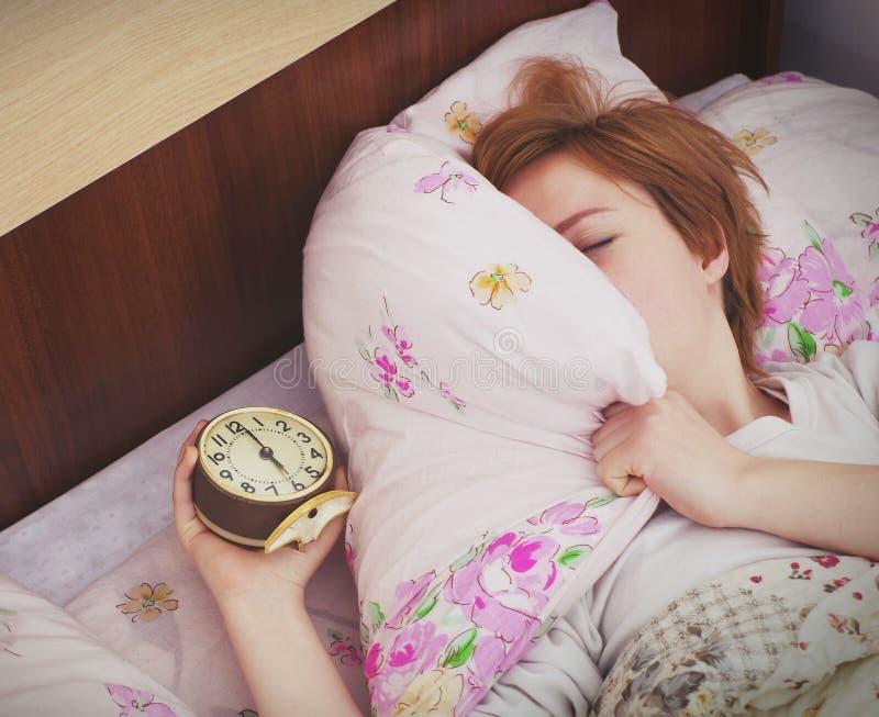 Frau und Alarmuhr stockbilder