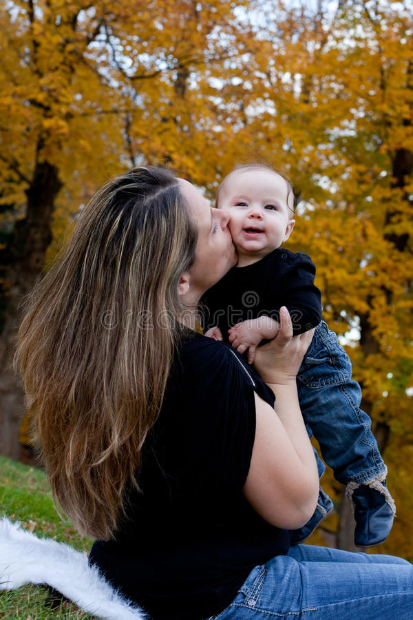 Frau und Baby draußen im Herbst lizenzfreie stockbilder
