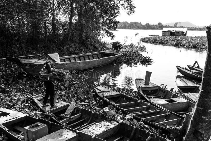 Frau und Boote in Vietnam lizenzfreies stockbild