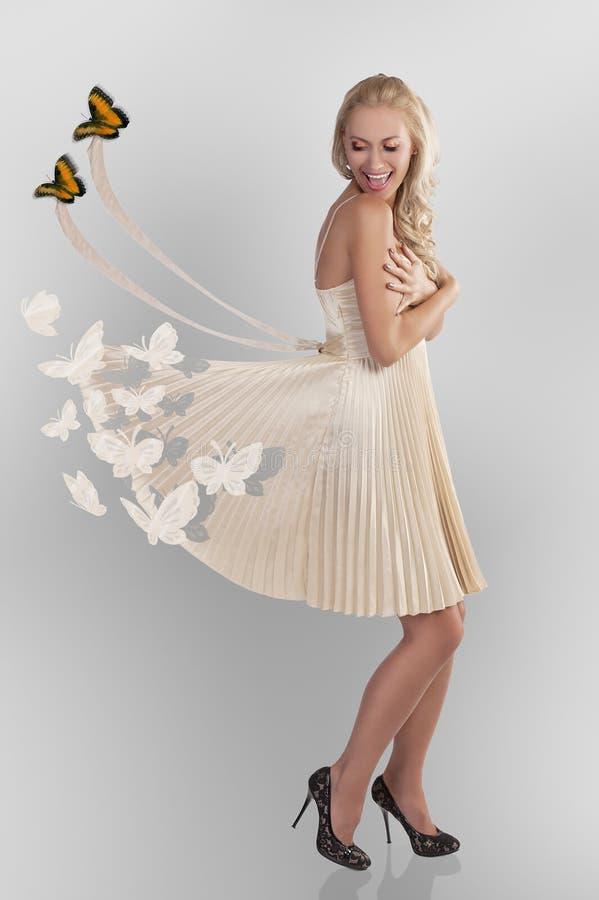Frau und butterflys lizenzfreie stockfotos