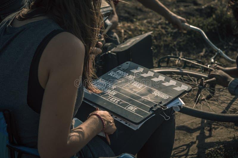 Frau und clapperboard in ihren Händen lizenzfreie stockbilder
