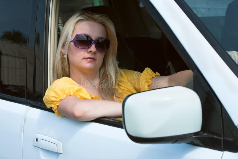 Frau und das Automobil lizenzfreie stockfotos