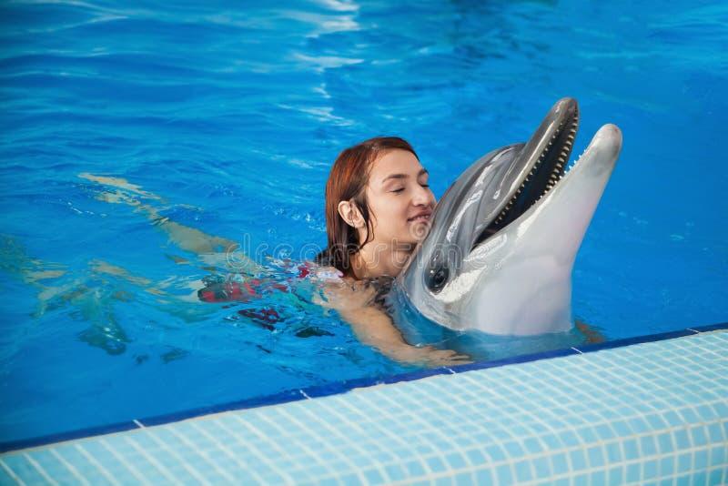 Frau und Delphin lizenzfreie stockfotografie