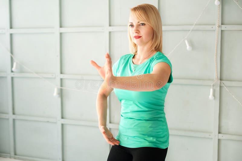 Frau und die chinesische Kampfkunst Tai Chi Frau in den übenden Kampfkünsten Nahaufnahme des Studios und im Kopienraum lizenzfreie stockbilder