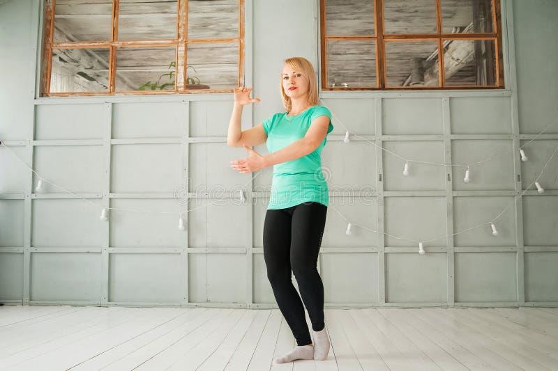 Frau und die chinesische Kampfkunst Tai Chi Frau in den übenden Kampfkünsten Nahaufnahme des Studios und im Kopienraum lizenzfreies stockbild