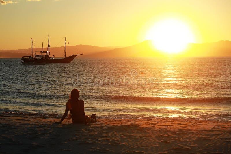 Frau und die Sonne stockbilder