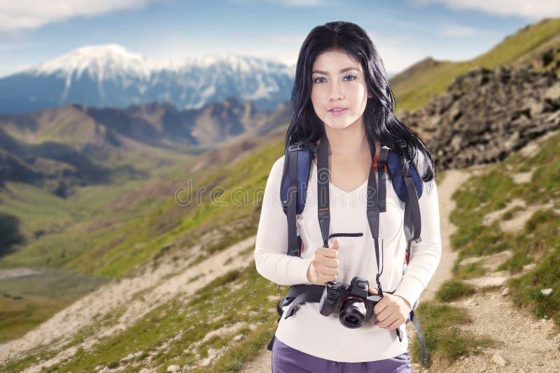 Frau und Digitalkamera mit Kante lizenzfreie stockfotos