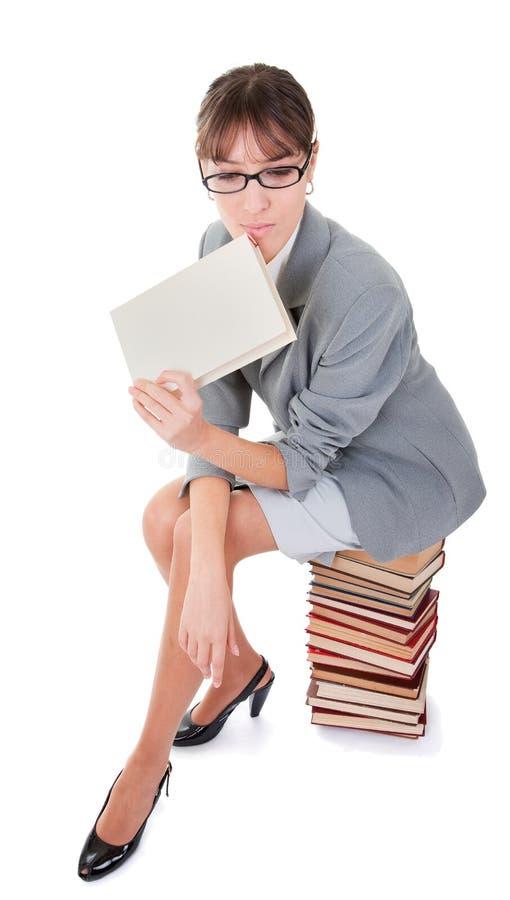 Frau und ein Stapel der Bücher stockbild