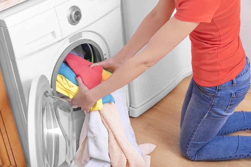 Frau und eine Waschmaschine stockbild