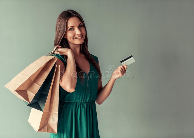 Frau und Einkaufen stockbild