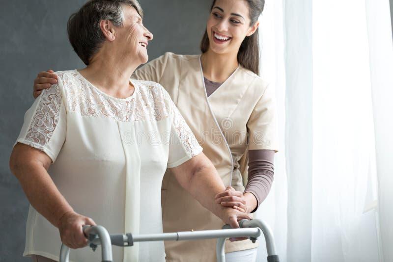 Frau und Freiwilliger, die zusammen lachen lizenzfreies stockbild