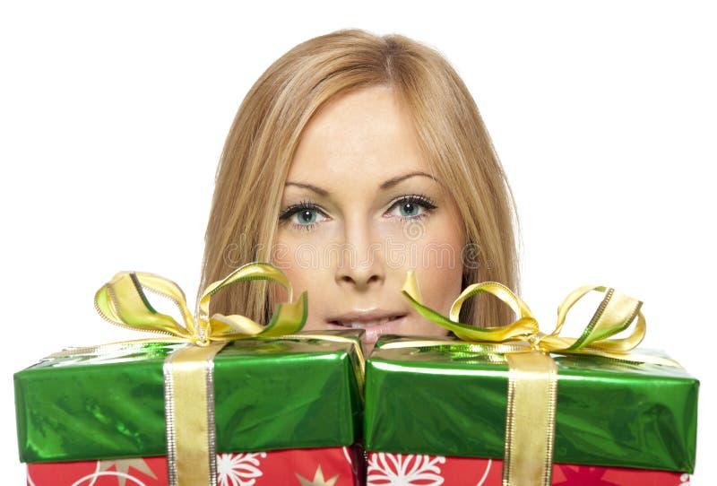 Frau und Geschenk stockfotografie
