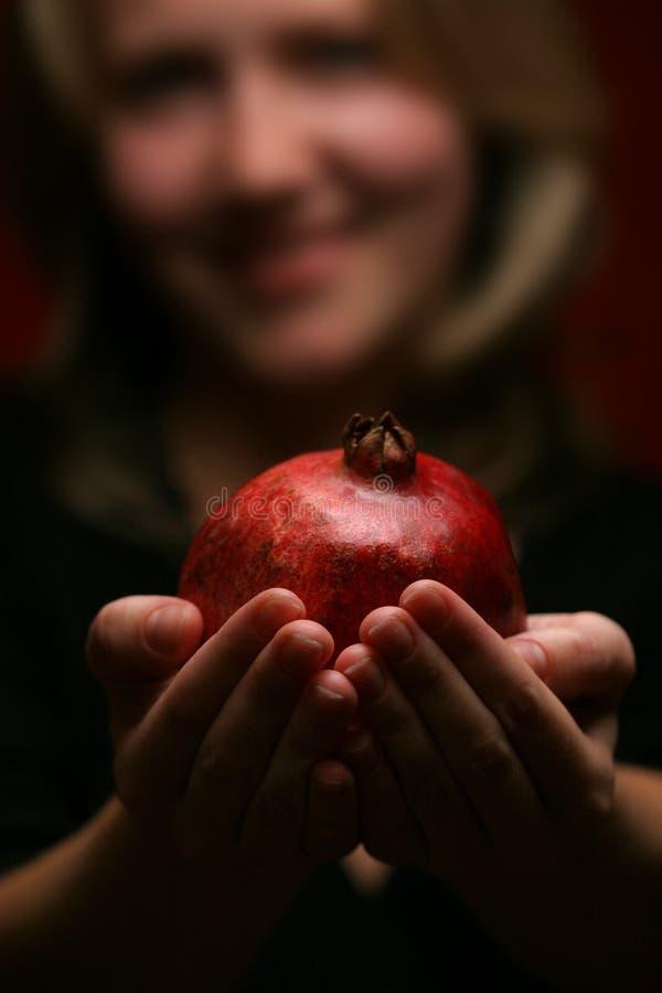 Frau und Granatapfel stockfoto