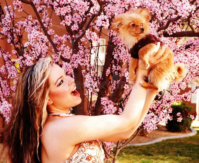 Frau und ihr Haustier lizenzfreie stockfotografie