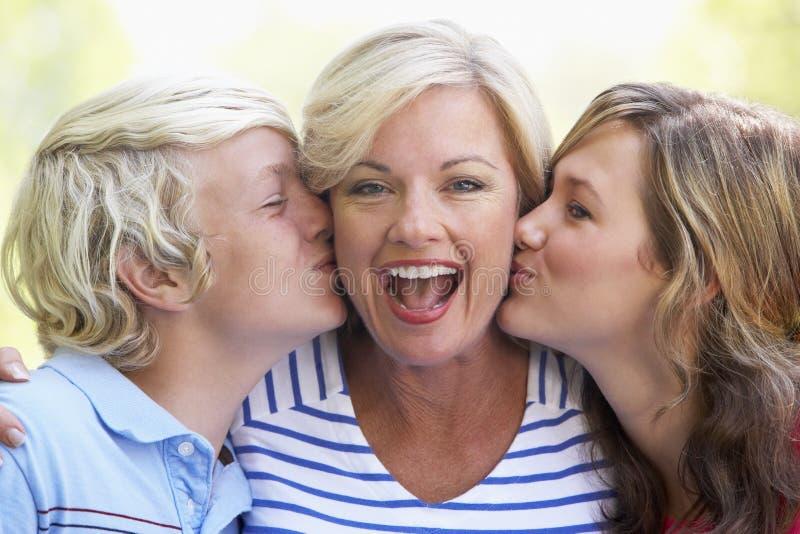 Frau und ihre Jugendkinder lizenzfreie stockfotos