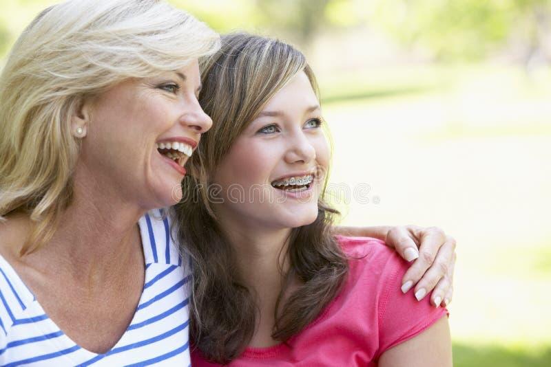 Frau und ihre jugendliche Tochter lizenzfreies stockbild