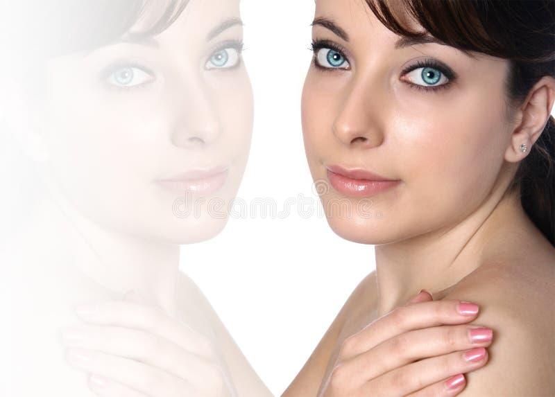 Frau und ihre Reflexion auf Weiß stockfoto
