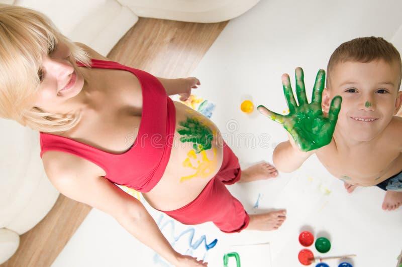 Frau und ihre Sohnzeichnung lizenzfreie stockfotos