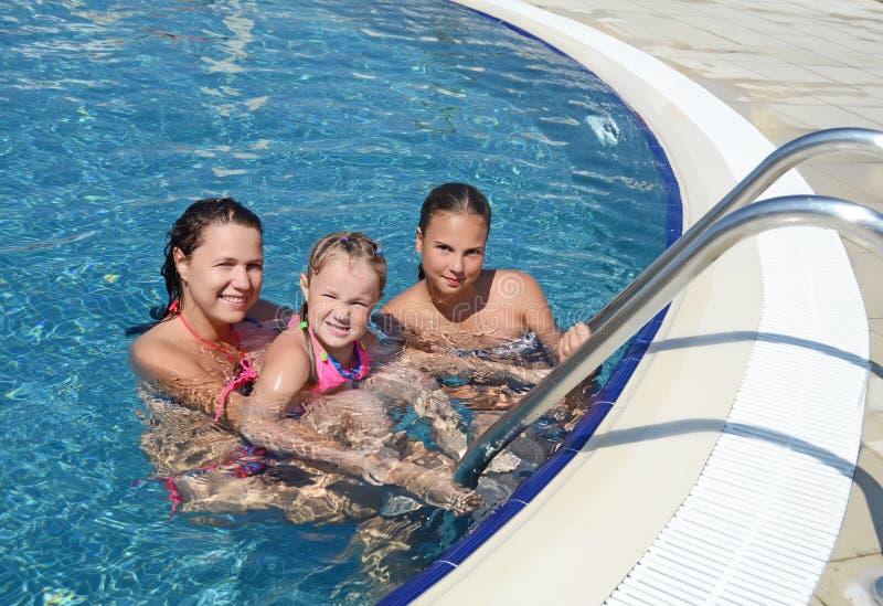 Frau und ihre Tochter haben einen Spaß Pool im im Freien stockfotografie