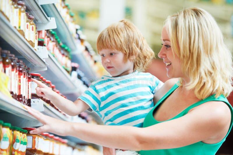 Frau und Junge, die das Einkaufen bilden stockbild