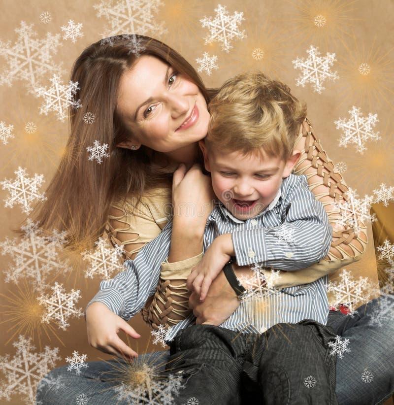 Frau und Junge, die Weihnachtsgeschenke überprüfen stockfoto
