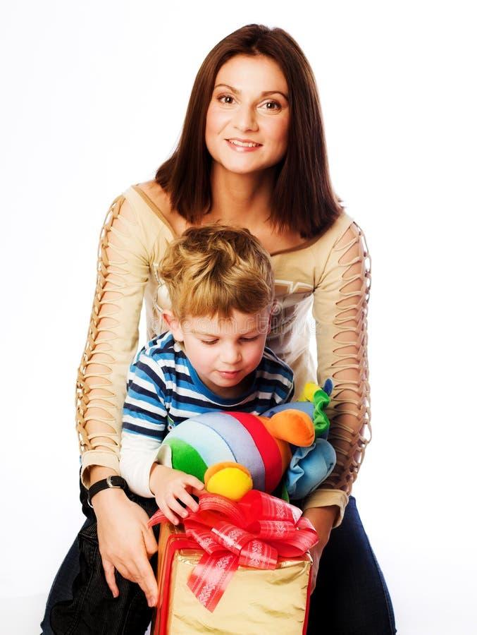 Frau und Junge, die Weihnachtsgeschenke überprüfen lizenzfreie stockbilder