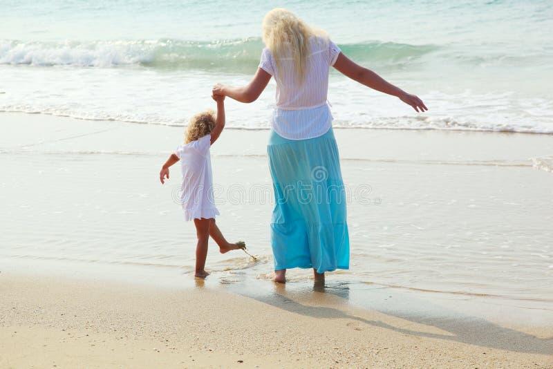Frau und Kind auf dem Strand lizenzfreie stockfotos