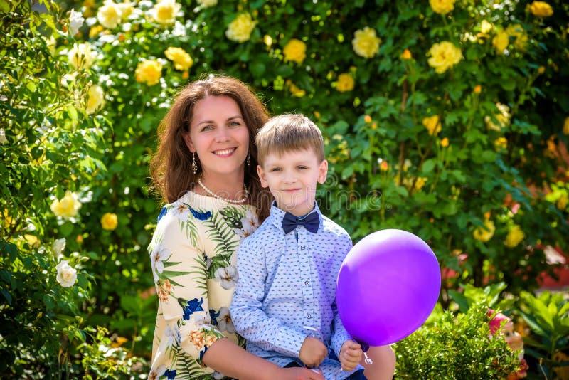 Frau und Kind mit baloon gegen grünen Hintergrund Mutter ` s Tag Mutter und Tochter stockfoto