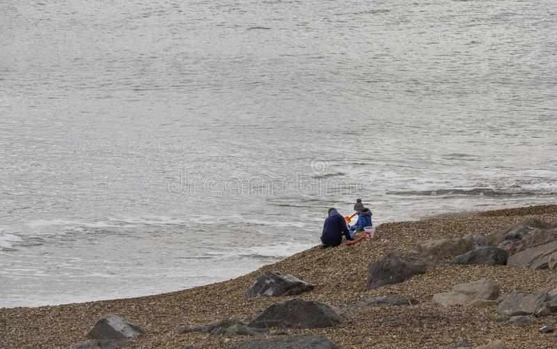 Frau und Kind am Strand stockfoto